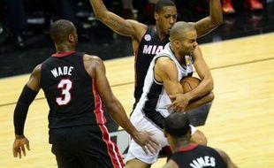 San Antonio n'est plus qu'à une victoire du titre de champion NBA après son important succès dimanche à domicile face à Miami (114-104) lors du cinquième match de la finale, où Manu Ginobili a joué les catalyseurs et Tony Parker les finisseurs.