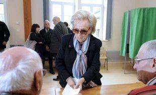 """Bernadette Chirac, épouse de l'ex-chef de l'Etat Jacques Chirac, a voté dimanche à Sarran (Corrèze) pour elle et l'ancien président, disant souhaiter que Nicolas Sarkozy soit """"réélu ce soir""""."""