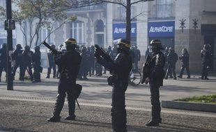 Des CRS tentent de maintenir l'ordre public pendant la manifestation de soutien à la ZAD, le 14 avril 2018 à Nantes.