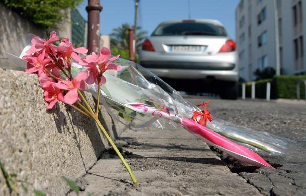 Des fleurs ont été déposées sur une route de Marignane le 23 août 2013 en hommage à Jacques Blondel, 61 ans, abattu la veille par deux jeunes qui venaient de braquer un tabac.  – BORIS HORVAT/AFP
