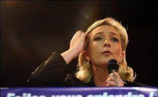 """La vice-présidente du Front national Marine Le Pen a présenté lundi une """"pétition nationale"""" lancée par son parti contre l'entrée de la Turquie dans l'UE, accusant M. Sarkozy de """"mentir"""" aux Français sur le sujet et d'être désormais favorable à l'intégration de ce pays."""
