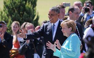 La chancelière Angela Merkel et le président américain Barack Obama saluent la foule lors de leur arrivée pour une séance de travail à Kruen près de Garmisch-Partenkirchen, en Allemagne, le 7 juin 2015