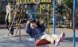 """Depuis sa fenêtre, M. X, un Japonais entre deux âges, observe des gamins en train de jouer au ballon un dimanche après-midi dans un parc voisin. Et ça piaille. """"Hé vous là! arrêtez de jouer au foot sous mes fenêtres""""! éructe-t-il soudain."""