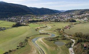 Vue aérienne de la rivière Doubs, à sec, en octobre 2018.