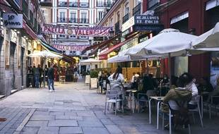 Des Madrilènes mangent en terrasse à Madrid le 30 mars 2021.