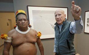 Afukaka, chef des Kuikuro, tribu de la région du Mato Grosso au Brésil, et le photographe Sebastião Salgado, le 24 septembre 2013, à la Maison européenne de la photographie, à Paris.