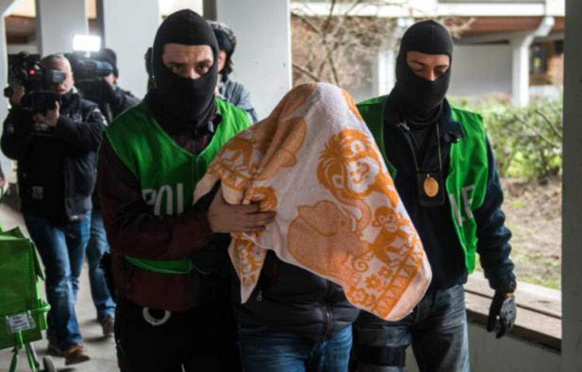 Des policiers arrêtent un homme lors d'une perquisition, le 4 février 2016 à Berlin, en Allemagne – ODD ANDERSEN AFP