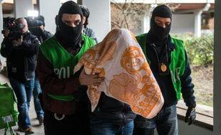 Des policiers arrêtent un homme lors d'une perquisition, le 4 février 2016 à Berlin, en Allemagne