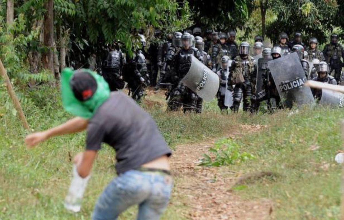 Après des jours de tensions dans le sud-ouest de la Colombie, un dialogue s'est ouvert jeudi sous les auspices d'un délégué de l'ONU avec une grande communauté indigène qui réclame le départ de l'armée et de la guérilla de son territoire, a-t-on appris de sources concordantes. – Luis Robayo afp.com