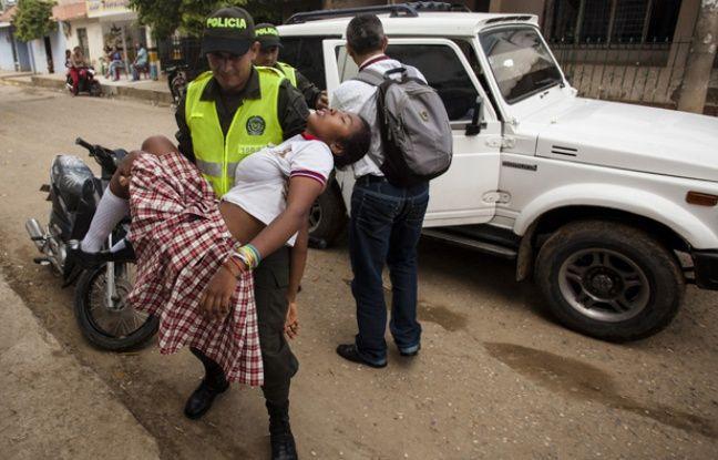 Une adolescente transportée à l'hôpital après s'être évanouie à El Carmen de Bolivar en Colombie, le 3 septembre 2014.