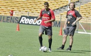Jean-Guy Wallemme (à droite), le coach de Lens, a prévu un match amical dimanche.