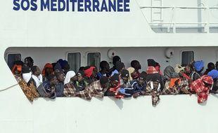 Le 21 mars 2017, à le navire humanitaire «Aquarius» entre dans le port de Catane (Italie) pour le débarquement de 945 personnes secourues en Méditerranée.