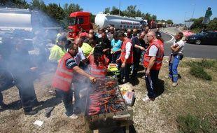 Des chauffeurs routiers manifestants bloquent un accès à  Fos-sur-Mer, le 17 mai 2016.