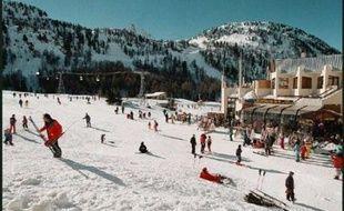 La route d'accès à la station de sports d'hiver Isola 2000, fermée depuis samedi en raison des risques d'avalanche, a pu rouvrir au trafic dimanche en début d'après-midi, a indiqué le Centre d'information et de gestion du trafic (CIGT) des Alpes-Maritimes.