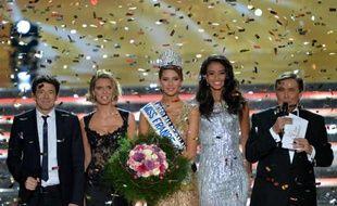Miss Nord-Pas-de-Calais, Camille Cerf (c), entourée de Patrick Bruel, Sylvie Tellier, Flora Coquerel et Jean-Pierre Foucault, est devenue la 68e Miss France, le 6 décembre 2014 à Orléans