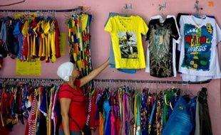"""""""On ne fermera pas !"""", assure Naida Martinez dans sa boutique de mode de La Havane, en défi au gouvernement cubain qui a choisi d'interdire la vente des marchandises importées, un des petits métiers qui font florès depuis plusieurs mois à Cuba."""