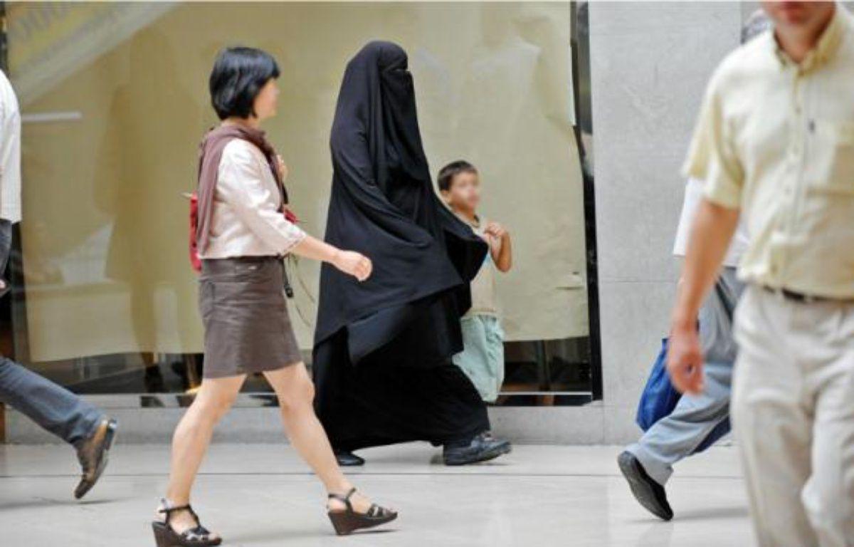 A compter d'aujourd'hui, il n'est plus permis de se déplacer dans les espaces publics le visage totalement dissimulé. –  S. ORTOLA / 20 MINUTES