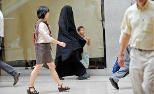 A compter d'aujourd'hui, il n'est plus permis de se déplacer dans les espaces publics le visage totalement dissimulé.