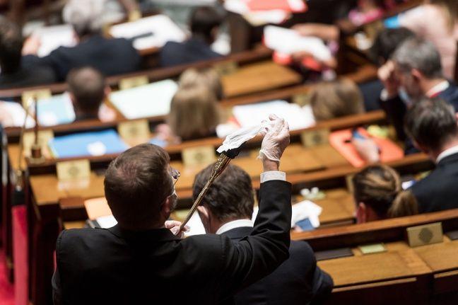 Nettoyage des micros à l'Assemblée, le 15 septembre 2020.