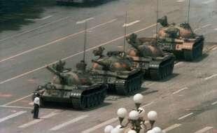 Un homme face aux chars chinois sur la place de Tiananmen, le 5 juin 1989.