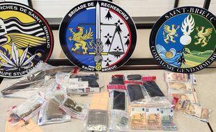 De la drogue, des armes et de l'argent liquide ont été saisis lors de l'opération de police judiciaire menée le 29 septembre dans les Côtes-d'Armor et à Brest.
