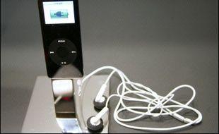 Un habitant de Californie poursuit en justice le géant de l'informatique Apple, lui demandant de remplacer gratuitement les écrans présumés défectueux de son populaire baladeur numérique iPod nano, a-t-on appris lundi auprès de son avocat.