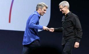 Le patron d'Apple, Tim Cook (à droite), lors de la conférence WWDC, le 10 juin 2013.