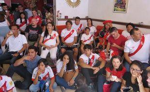 Une partie de la communauté péruvienne installée devant la télé dans le restaurant nantais