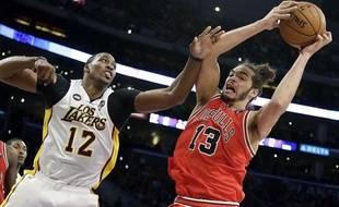 Le pivot des Chicago Bulls Joakim Noah (à droite) lors d'un match contre les Los Angeles Lakers le 10 mars 2013.