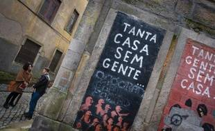L'architecte portugaise Margarida Castro donne des explications au touriste américain Dean Watson lors d'une des visites organisées de la crise qu'elle organise dans le centre de Porto. Le 28 février 2014.