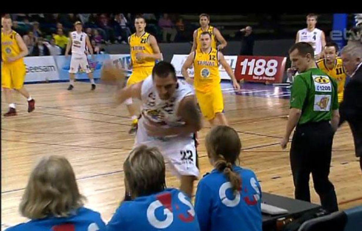Le LettonArmands Skele tire de dos pour inscrire un panier à trois points, le 23 avril 2012, en Estonie. – 20Minutes
