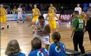 Le LettonArmands Skele tire de dos pour inscrire un panier à trois points, le 23 avril 2012, en Estonie.