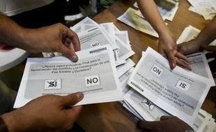 Dépouillage des votes après le référendum sur le traité de paix avec les Farc en Colombie, le 2 octobre 2016.
