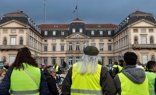 Des ''gilets jaunes'' devant la préfecture de la Haute-Loire au Puy-en-Velay, le 17 novembre 2018