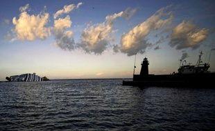 L'enquête sur le naufrage du Costa Concordia, près de l'île italienne du Giglio, se rapprochait mercredi de la compagnie propriétaire du navire, Costa Crociere, après avoir ciblé quasi exclusivement son commandant.