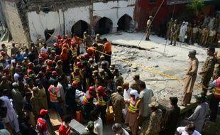 Des secouristes pakistanais évacuent le corps d'une victime sur les lieux d'un attentat suicide dans le village de Shadi Khan (nord-ouest), le 16 août 2015