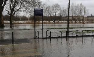 Inondations des quais de Queyries sur la rive droite.