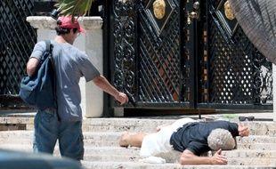 Le meurtre de Gianni Versace reconstitué pour le tournage de la série «American Crime Story» dont la saison 2 est consacrée à cette affaire. Ici, les comédiens Darren Criss (à g.) et Edgar Ramirez sur le tournage.