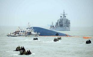 Des garde-côtes à la recherche de survivants le 17 avril 2014, après le naufrage du ferry reliant Incheon à l'île de Jeju, en Corée du Sud