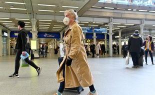 Une femme dans la gare Eurostar de St Pancras à Londres, le 17 mars 2020.