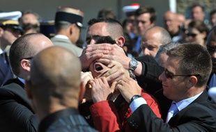 Un homme qui perturbait le discours de Nicolas Sarkozy, à Port-Louis dans le Morbihan, est évacué par plusieurs gardes du corps, le 8 mai 2011
