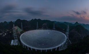 Photo du plus grand radiotélescope au monde, appelé Five-hundred-meter Aperture Spherical radio Telescope (FAST), prise le 11 janvier 2020