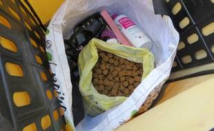 Les individus ont notamment volé des croquettes pour chien dans une jardinerie. Illustration