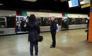 Des voyageurs excédés qui marchent sur les voies pendant que des centaines d'autres se massent sur les quais pendant des heures, d'autres qui agressent des agents: l'immense désordre dans le nord de l'Ile-de-France mercredi soir a déclenché la colère des usagers contre la SNCF.