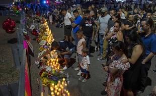 Des familles se recueillent après la fusillade d'El Paso survenue le 3 août 2019.