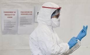 Une infirmière en équipement de protection, à Saint-Nazaire, le 3 avril 2020.