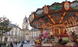La place de la Mairie, à Rennes et son célèbre manège ancien.
