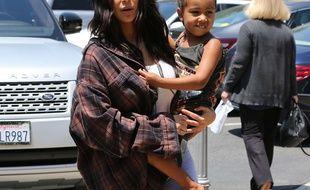 Kim Kardashian et sa fille North photgraphiées dans les rues de Calabasas le 22 juin 2017.