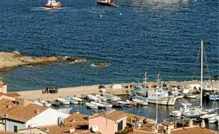 Le navire s'est échoué près de l'île du Giglio, dans la Toscane italienne, vendredi.