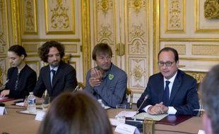 Le président Francois Hollande (D) et l'écologiste Nicolas Hulot (G), son envoyé spécial pour la protection de la planète, participentle 20 septembre 2014 à une réunion à l'Elysée avec des représentants des principales ONG engagées dans les enjeux climatiques